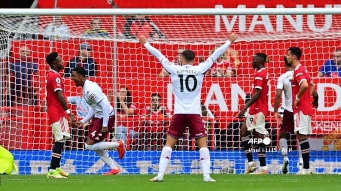 Penjaga gawang Manchester United Spanyol David de Gea (kiri) bereaksi setelah kebobolan gol dari bek Aston Villa Inggris Kortney Hause (tidak terlihat) selama pertandingan sepak bola Liga Premier Inggris antara Manchester United dan Aston Villa di Old Trafford di Manchester, barat laut Inggris, pada September 25, 2021.
