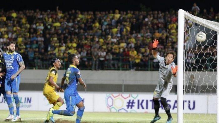 Penjaga gawang Persib Bandung I Made Wirawan saat berjumpa Barito Putera