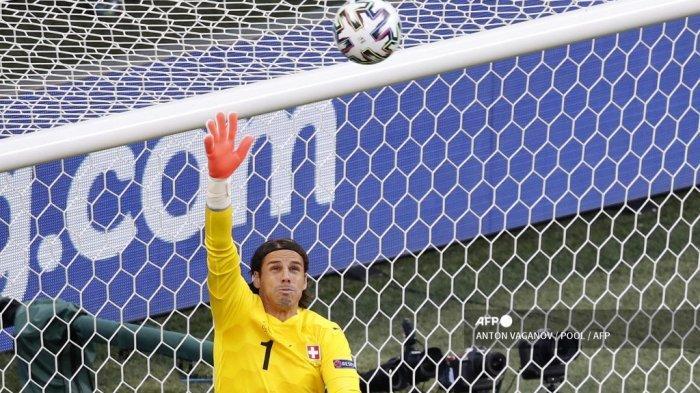 Penjaga gawang Swiss Yann Sommer menghentikan tembakan ke gawang selama pertandingan sepak bola perempat final UEFA EURO 2020 antara Swiss dan Spanyol di Stadion Saint Petersburg di Saint Petersburg pada 2 Juli 2021. ANTON VAGANOV / POOL / AFP
