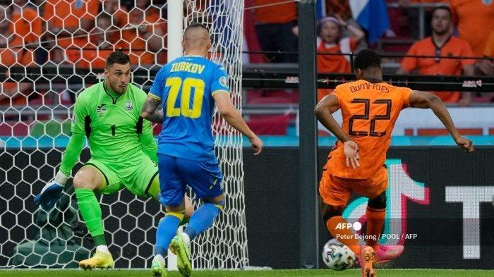 Penjaga gawang Ukraina Georgiy Bushchan (kanan) menyelamatkan tembakan bek Belanda Denzel Dumfries selama pertandingan sepak bola Grup C UEFA EURO 2020 antara Belanda dan Ukraina di Johan Cruyff Arena di Amsterdam pada 13 Juni 2021. Olaf Kraak / POOL / AFP