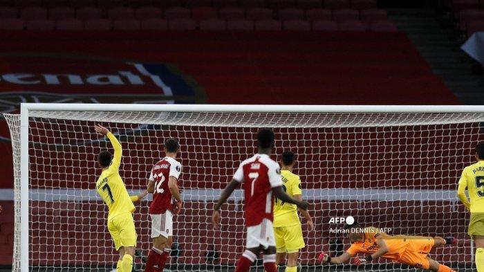 Penjaga gawang Villarreal Argentina Geronimo Rulli (kanan) menyaksikan tembakan dari striker Arsenal asal Gabon Pierre-Emerick Aubameyang (tidak dalam gambar) membentur tiang selama pertandingan sepak bola leg kedua semifinal UEFA Europa League antara Arsenal dan Villarreal di Emirates Stadium di London pada tanggal 6 Mei 2021. Adrian DENNIS / AFP