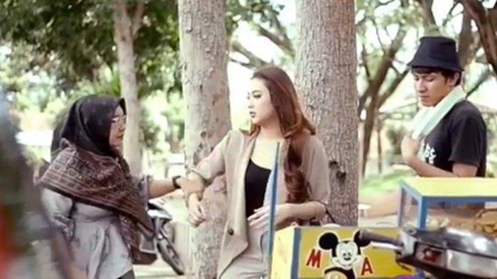 Viral Video Ibu-ibu Marahi Penjual Cilok karena Pacari Putrinya Ternyata untuk Video Klip ILUX ID