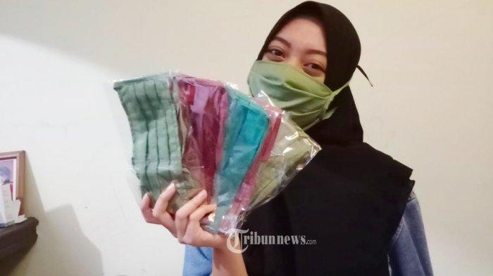 MASKER KAIN - Beragam corak dan warna masker kain ini ditawarkan penjualnya di kawasan Cibubur, Jakarta Timur, seharga Rp 10 Ribu per pieces, Selasa (31/3/2020). Masker kain dengan harga terjangkau ini menjadi pilihan warga di tengah meroketnya harga masker kesehatan untuk mencegah serangan wabah Covid-10. WARTA KOTA/Nur Icshan