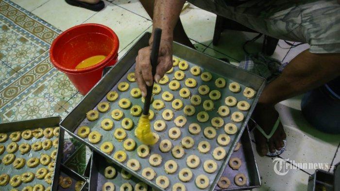 Pengrajin tengah memproduksi kue kering di Sentra Kue Kering kawasan Kwitang, Jakarta Pusat, Jumat (23/4/2021). Pelaku umkm ini sangat terdampak pandemi Covid 19. Produksinya hanya mampu 10-15 kilogram dibandingkan tahun-tahun sebelum pandemi yaitu 50-70 kilogram. (Warta Kota/Angga Bhagya Nugraha)