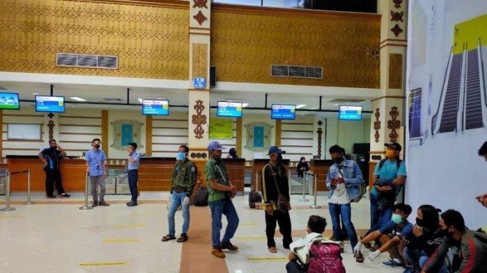 Para penumpang saat menunggu proses check in di Bandara SIM Blangbintang, Aceh Besar. Bandara tampak sepi dari aktivitas penumpang di hari terakhir sebelum penutupan, Jumat (24/4/2020).