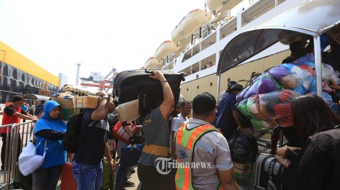 Jelang Idul Fitri 2019, penumpang pemudik menggunakan angkutan Kapal Pelni jurusan Ambon - Jakarta di Pelabuah Tanjung Priok, Jakarta, berjubel, Minggu (2/6/2019) TRIBUNNEWS.COM/IST/FX ISMANTO