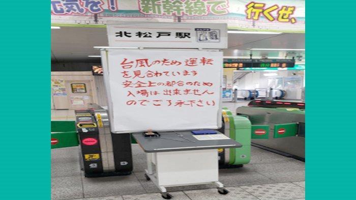 Pengumuman di pintu masuk Stasiun Kita Matsudo Chiba mengenai kereta api sementara tidak beroperasi akibat taifun yang datang sekitar jam 03.00 hingga 07.00, Senin (9/9/2019).