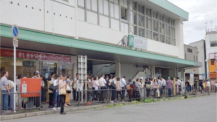 Penumpang kereta yang kemudian antre bus hendak pulang kembali di Stasiun Kita Matsudo Chiba, Senin (9/9/2019) karena kereta baru mulai bergerak sekitar jam 12.00 waktu Jepang.