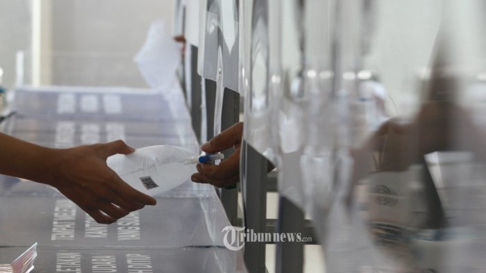 Calon menumpang melaksanan tes GeNose-C19  untuk memutus mata rantai penyebaran  Virus Covid 19 sebelum melakukan perjalanan di Stasiun Gambir,  Gambir, Jakarta Pusat, Minggu (21/3/2021). Kementerian Perhubungan berencana mewajibkan tes GeNose sebagai syarat perjalanan laut, udara dan KA selama periode mudik lebaran 2021. WARTA KOTA/HENRY LOPULALAN