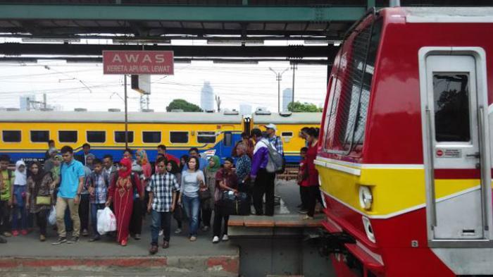 Pengguna KRL Commuter Line Bisa Top Up Kartu Multi Trip di Alfamart