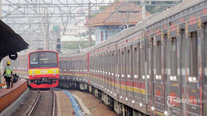Sejumlah penumpang saat menaiki kereta listrik di stasiun Manggarai, Jakarta Pusat, Senin (2/9/2019). PT Kereta Commuter Indonesia telah melayani penumpang kereta rel listrik sebanyak 163 juta penumpang dari total target akhir tahun ini sebanyak 340,65 juta orang. Tribunnews/Jeprima