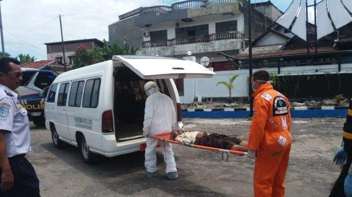 Tim medis saat evakuasi penumpang yang pingsan di toilet Terminal Type B Palabuhanratu.