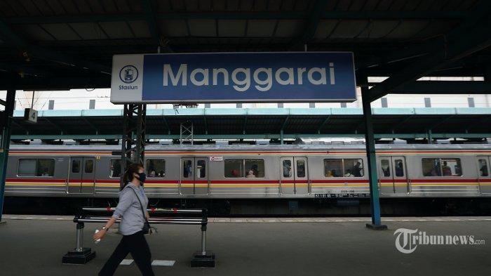 Penumpang saat berjalan melintasi KRL yang berhenti di Stasiun Manggarai, Jakarta Selatan, Selasa (21/4/2020). Kepala Badan Pengelola Transportasi Jabodetabek (BPJT) Polana P Pramesti mengatakan pengguna moda transportasi KRL mengalami penurunan pada Maret 2020 sebesar 30,38 persen menjadi sekitar 598 ribu penumpang per hari dari jumlah penumpang pada Januari 2020 sebanyak 859 ribu orang per hari. Tribunnews/Jeprima