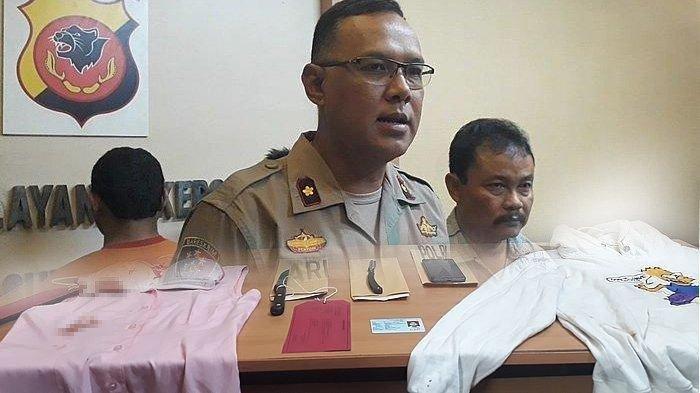 Kapolsek Sumur Bandung, Kompol Ari Purwanto menunjukkan Ravindra Giantama (kiri) pelaku penusukan siswi sudah diamankan bersama barang buktinya di Mapolsek Sumur Bandung, Jalan Kebon Sirih, Bandung pada Selasa (10/9/2019).
