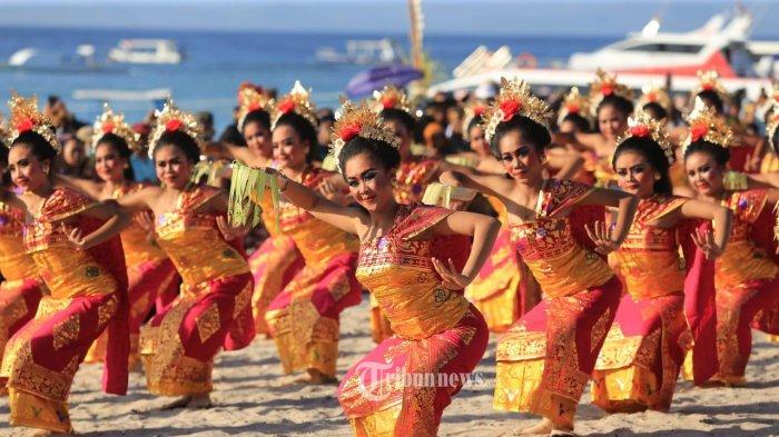 Pragmen Tari meriahkan penutupan Nusa Penida Festival 2019.