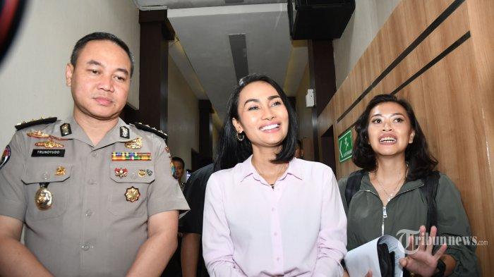 Penyanyi Eka Deli Mardiyana didampingi manajernya memberikan keterangan usai diperiksa selama sebelas jam di Mapolda Jatim Surabaya, Senin (13/1/2020). Eka Delli dimintai keterangan terkait kasus investasi bodong Me Miles. SURYA/SUGIHARTO