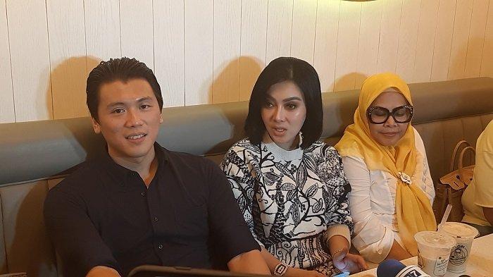 Penyanyi Syahrini (37) bersama  Reino Barrack di Resto Pawon Bu Cetar di Jalan Raya Cipete, Jakarta Selatan, Minggu (15/12/2019).