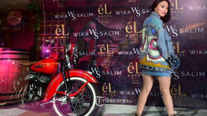 Wika Salim (WS) Penyanyi yang juga Host Ini Baru Empat Mata, dengan balutan Jaket Jeans Denim WS dan Rok Jeans tampil mencuri perhatian dalam sebuah acara bersama ratusan fotografer di kota Bandung, Jawa Barat, belum lama ini. Jaket Denim WS yang dia kenakan adalah rancangannya sendiri. TRIBUNNEWS.COM/IST/FX ISMANTO