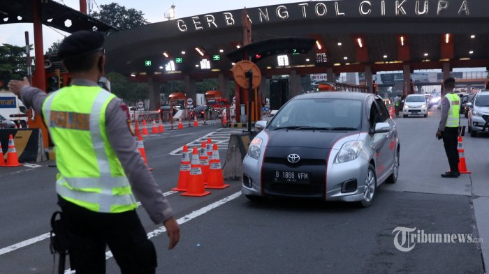 Petugas memeriksa kendaraan di gerbang tol Cikupa, Kabupaten Tangerang, Banten, Kamis (28/5/2020). Petugas memutarbalikkan kendaraan menuju Jakarta yang tidak dilengkapi Surat Ijin Keluar Masuk (SIKM) Jakarta dalam upaya pencegahan penularan Covid-19 sesuai Pergub DKI Jakarta Nomor 47 Tahun 2020. TRIBUNNEWS/IRWAN RISMAWAN