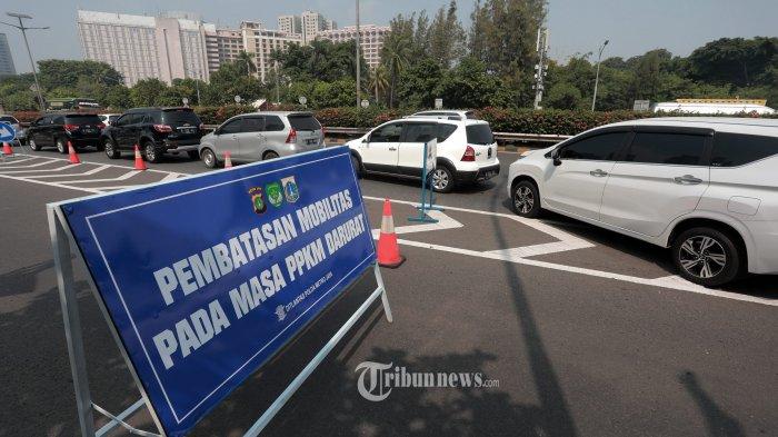 Kendaraan terjebak kemacetan di exit tol Semanggi, Tol Dalam Kota Jakarta, Senin (5/7/2021). Selain melakukan penyekatan di ruas jalan arteri, petugas gabungan juga melakukan penyekatan di beberapa ruas titik Jalan Tol seperti di Tol Dalam Kota Jakarta untuk membatasi mobilitas warga saat Pemberlakuan Pembatasan Kegiatan Masyarakat (PPKM) Darurat yang berlangsung hingga 20 Juli 2021.. TRIBUNNEWS/IRWAN RISMAWAN