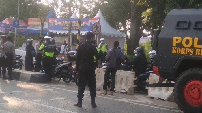 PPKM Darurat, Macet Panjang Akses Menuju Jakarta di Hari Pertama Warga Jabodetabek Masuk Kerja Penyekatan petugas dalam rangka penerapan PPKM Darurat di kawasan Jalan Lenteng Agung, Jakarta Selatan, akses dari Depok menuju Jakarta, Senin (5/7/2021). Kemacetan panjang terjadi di hampir seluruh akses masuk utama menuju Jakarta saat Pemberlakuan Pembatasan Kegiatan Masyarakat (PPKM) Darurat.
