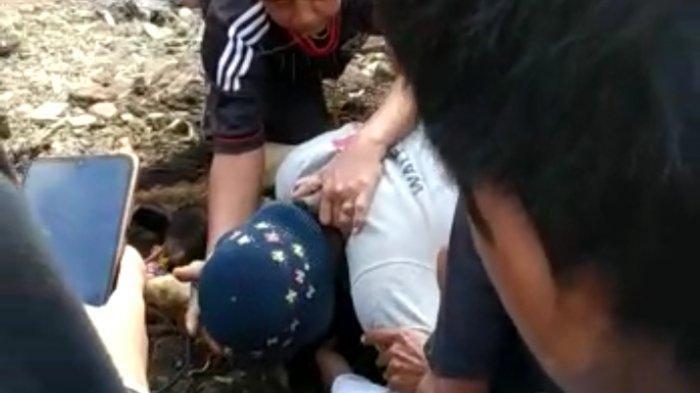 Tubuh Epin Sutisna (50) tiba-tiba ambruk dan menimpa kambing kurban yang akan disembelihnya, Jumat (31/7/2020).