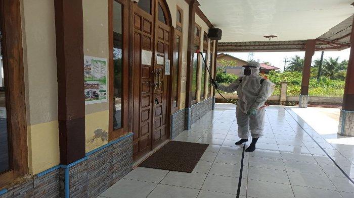 Wujudkan kenyamanan Beribadah, Prajurit Yonkav 12/BC Laksanakan Penyemprotan Disinfektan di Masjid