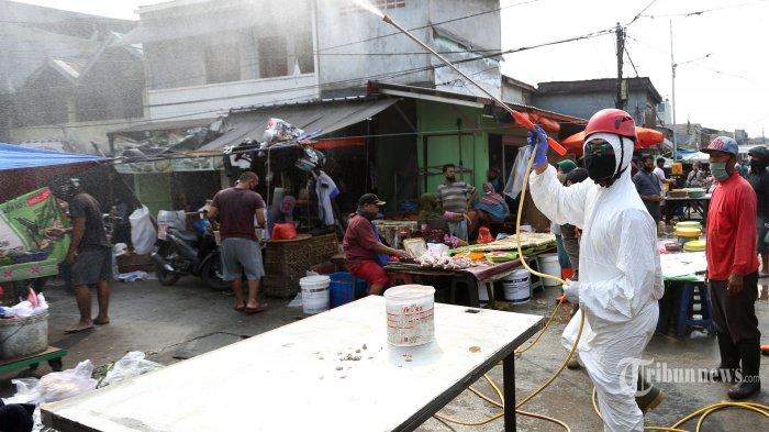 ILUSTRASI - Petugas dari Palang Merah Indonesia (PMI) menyemprotkan cairan disinfektan di Pasar Karang Anyar, Jakarta Pusat, Rabu (24/6/2020). Penyemprotan tersebut untuk mencegah penyebaran virus corona (Covid-19) di pasar tradisional. Tribunnews/Irwan Rismawan
