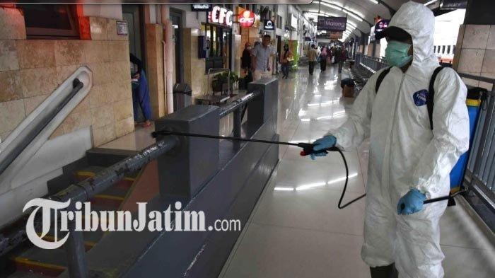 Kegiatan penyemprotan disinfektan di Stasiun Malang untuk mencegah penularan Covid-19 atau virus Corona.