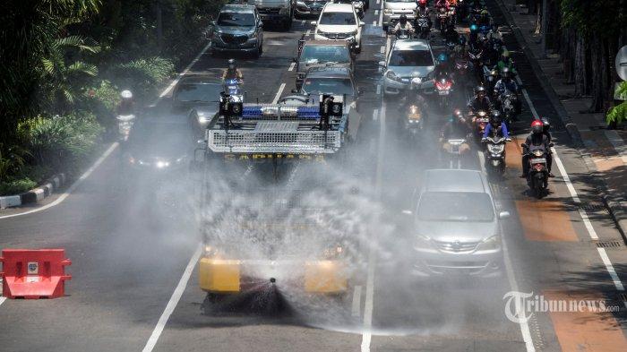 Polisi menggunakan kendaraan water cannon melakukan penyemprotan disinfektan di jalan-jalan protokol sebagai antisipasi penyebaran virus corona atau Covid-19 di Kota Surabaya, Jawa Timur, Senin (30/3/2020). AFP/Juni Kriswanto
