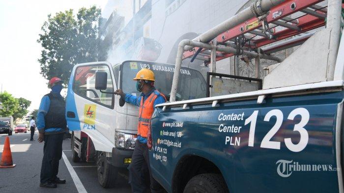 Mobil operasional PLN UP3 Surabaya Utara disemprot disinfektan bantuan Kamar Dagang dan Industri (Kadin) Surabaya dan HIPMI Surabaya, di Kota Surabaya, Jawa Timur, Selasa (7/4/2020). Kegiatan itu untuk mendukung kinerja pekerja kelistrikan yang tidak bisa bekerja dari rumah dalam situasi pandemi virus corona (Covid-19). Surya/Ahmad Zaimul Haq