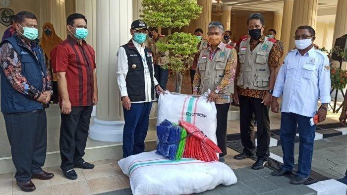 Penyerahan bantuan APD dari Maruarar Sirait kepada para relawan yang diterima secara simbolis oleh Bupati Majalengka, Karna Sobahi, Jumat (11/6/2020).