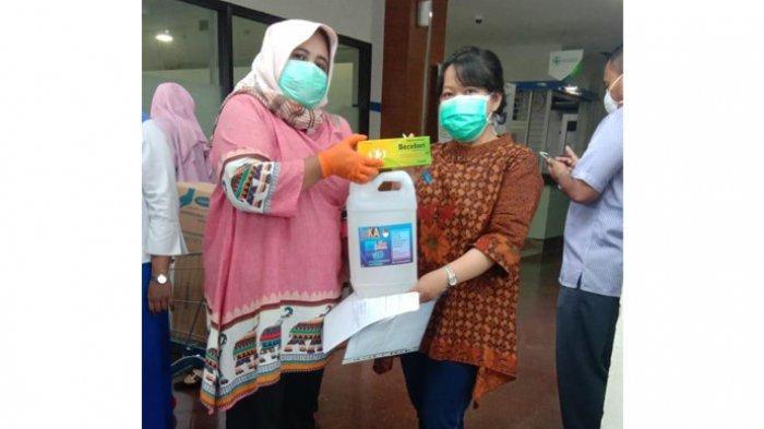 Penyerahan hand sanitizer dari #GerakanSejutaHandSanitizer ke RS Universitas Airlangga, Rabu (25/3/2020).