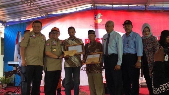 Penyerahan penghargaan pada Mbah Sudiro dan Darwanto alias Kodir, Selasa (25/2/2020).