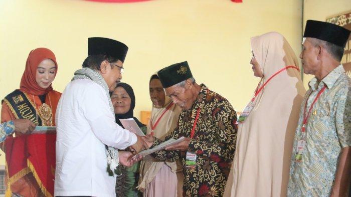 Penyerahan secara simbolik sertifikat hasil redistribusi tanah di Pondok Pesantren Assalam Putri 2, Kabupaten Sukabumi, Jawa Barat, Jumat (07/02/2020).