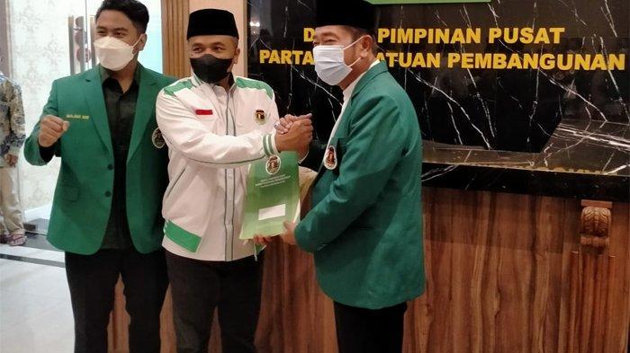 Penyerahan SK Kepengurusan Ketua DPW PP DKI kepada Haji Lulung di Kantor DPP PPP, Jalan Diponegoro, Menteng, Jakarta Pusat, Kamis (16/9/2021) malam.