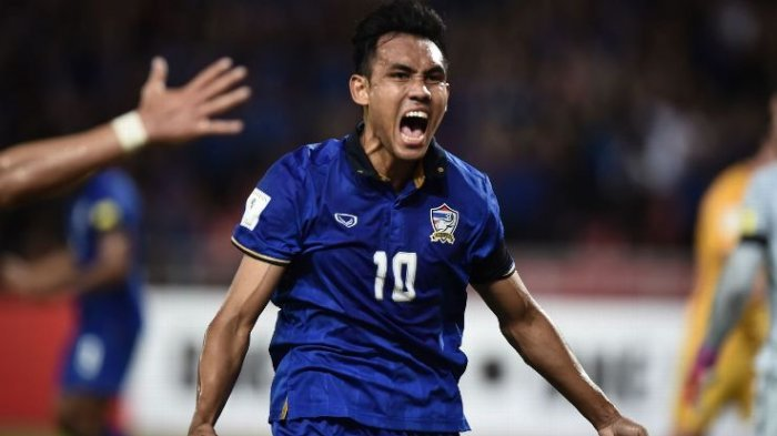 Penyerang andalan Thailand Teerasil Dangda mencetak gol ke gawang Timnas Indonesia dalam laga leg pertama babak final Piala AFF 2016 di Stadion Pakansari, Bogor, Rabu (14/12/2016).