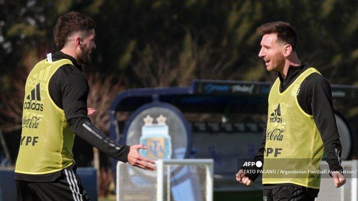 Foto selebaran yang dirilis oleh AFA Media dari penyerang Argentina Lionel Messi (kanan) dan gelandang Rodrigo de Paul selama sesi latihan di base camp mereka di Ezeiza, Argentina, pada 2 Juli 2021, menjelang pertandingan sepak bola perempat final Copa America 2021 melawan Ekuador, akan diadakan di Goiania, Brasil, pada 3 Juli.
