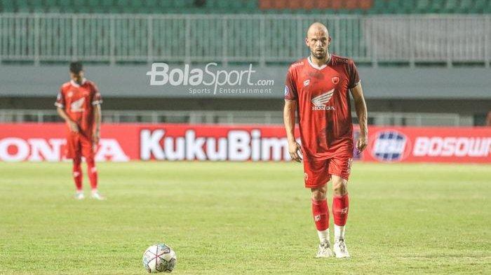 Penyerang asing PSM Makassar, Anco Jansen, sedang bersiap melakukan tendangan bebas dalam laga pekan pertama Liga 1 2021 di Stadion Pakansari, Bogor, Jawa Barat, 5 September 2021.