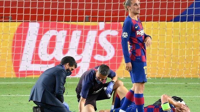 Penyerang Barcelona asal Argentina, Lionel Messi, bereaksi di lapangan sepak bola setelah mengalami cedera saat pertandingan leg kedua babak 16 besar Liga Champions antara FC Barcelona dan Napoli di stadion Camp Nou di Barcelona pada 8 Agustus 2020. LLUIS GENE / AFP