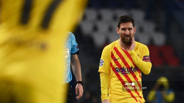 Penyerang Barcelona asal Argentina, Lionel Messi, bereaksi selama pertandingan leg kedua babak 16 besar Liga Champions UEFA antara Paris Saint-Germain (PSG) dan FC Barcelona di stadion Parc des Princes di Paris, pada 10 Maret 2021. FRANCK FIFE / AFP