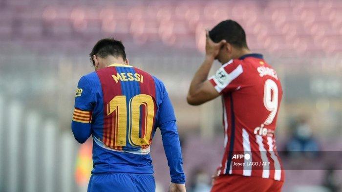 Penyerang Barcelona asal Argentina Lionel Messi dan penyerang Uruguay Atletico Madrid Luis Suarez meninggalkan lapangan selama pertandingan sepak bola liga Spanyol FC Barcelona melawan Club Atletico de Madrid di stadion Camp Nou di Barcelona pada 8 Mei 2021. Josep LAGO / AFP
