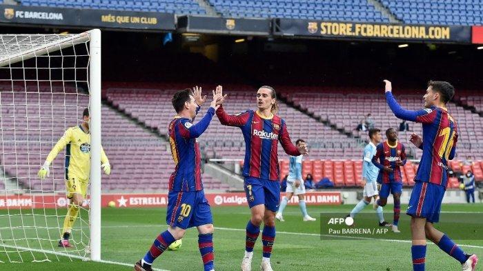 Penyerang Barcelona asal Argentina Lionel Messi (kiri) merayakan golnya bersama rekan setimnya selama pertandingan sepak bola Liga Spanyol antara FC Barcelona dan RC Celta de Vigo di stadion Camp Nou di Barcelona pada 16 Mei 2021. Pau BARRENA / AFP