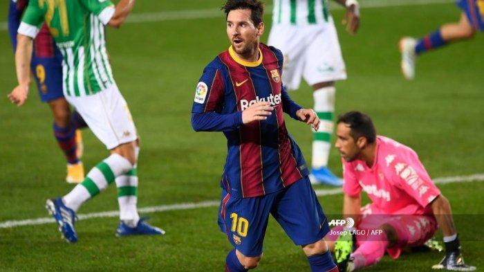 Penyerang Barcelona asal Argentina Lionel Messi merayakan gol keduanya dalam pertandingan sepak bola Liga Spanyol antara Barcelona dan Real Betis di stadion Camp Nou di Barcelona pada 7 November 2020. Josep LAGO / AFP