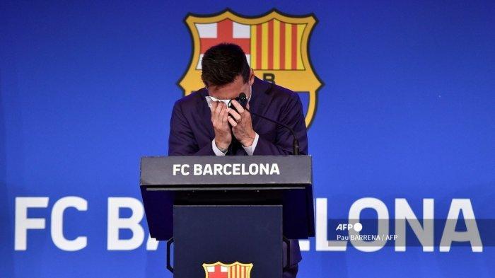 Penyerang Barcelona Argentina Lionel Messi menangis saat konferensi pers di stadion Camp Nou di Barcelona pada 8 Agustus 2021. Pemenang Ballon d'Or enam kali Messi diperkirakan akan menandatangani kontrak lima tahun baru dengan Barcelona pada 5 Agustus, tetapi sebagai gantinya, setelah 788 pertandingan, klub mengumumkan dia pergi pada usia 34 tahun.