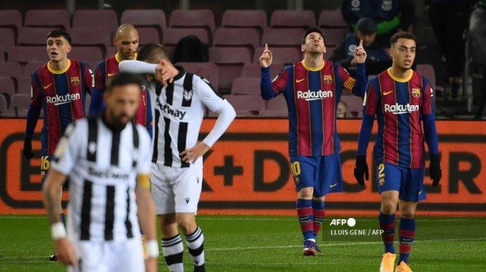 Penyerang Argentina Barcelona Lionel Messi (2R) merayakan kemenangannya setelah mencetak gol dalam pertandingan sepak bola liga Spanyol antara FC Barcelona dan Levante UD di stadion Camp Nou di Barcelona pada 13 Desember 2020. LLUIS GENE / AFP