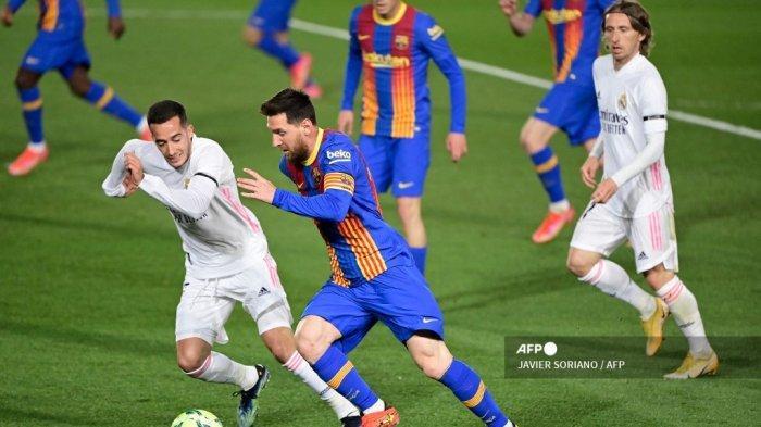 Penyerang Barcelona asal Argentina Lionel Messi (tengah) menantang penyerang Spanyol Real Madrid Lucas Vazquez selama pertandingan sepak bola Liga Spanyol