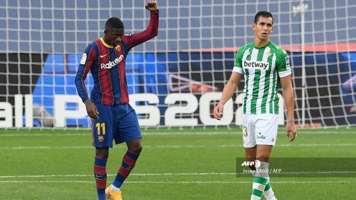 Penyerang Prancis Barcelona Ousmane Dembele merayakan golnya selama pertandingan sepak bola Liga Spanyol antara Barcelona dan Real Betis di stadion Camp Nou di Barcelona pada 7 November 2020. Josep LAGO / AFP