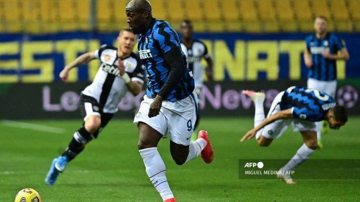 Penyerang Belgia Inter Milan Romelu Lukaku mengejar bola selama pertandingan sepak bola Serie A Italia Parma vs Inter Milan pada 04 Maret 2021 di stadion Ennio-Tardini di Parma. MIGUEL MEDINA / AFP