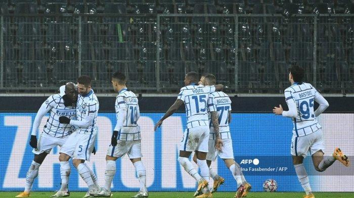 Penyerang Belgia Inter Milan Romelu Lukaku (kiri) merayakan skor 1-2 dengan rekan satu timnya selama pertandingan sepak bola Liga Champions UEFA Borussia Moenchengladbach v Inter Milan di Moenchengladbach, Jerman barat, pada 1 Desember 2020. Ina Fassbender / AFP